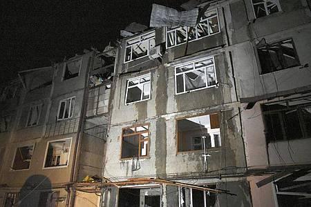Blick auf ein Wohnhaus, welches bei den Kämpfen zwischen den aserbaidschanischen Streitkräften und der armenischen Armee in Stepanakert in Berg-Karabach beschädigt wurde. Foto: David Ghahramanyan/PAN Photo/AP/dpa