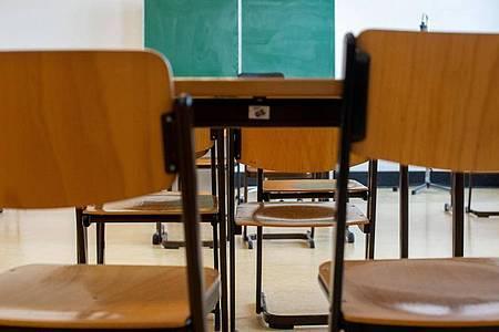 Unbesetzte Stühle stehen in einem verlassenen Klassenzimmer einer Schule in Magdeburg. Foto: Klaus-Dietmar Gabbert/dpa-Zentralbild/dpa