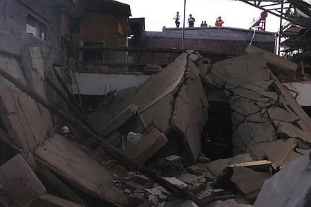 Rettungskräfte suchen in den Trümmern eines eingestürzten Restaurants im chinesischen Xiangfen nach Opfern. Foto: Uncredited/CHINATOPIX/AP/dpa