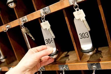 Zimmerschlüssel an einer Hotelrezeption. Foto: Sven Hoppe/dpa
