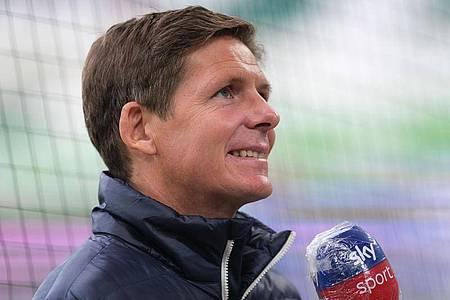 Wolfsburgs Trainer Oliver Glasner stellt sich nach dem Spiel den Fragen der Journalisten. Foto: Peter Steffen/dpa