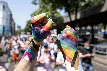 Der große CSD war abgesagt worden. Stattdessen gab es eine Pride-Demo unter Corona-Auflagen. Foto: Fabian Sommer/dpa
