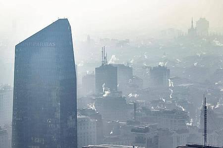Viele Bürger der EU leiden unter starker Luftverschmutzung - mit gravierenden Folgen für ihre Gesundheit. Foto: Claudio Furlan/LaPresse/dpa