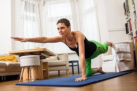 Kräftigend und zugleich koordinativ anspruchsvoll ist das diagonale Anheben von Arm und Bein im Vierfüßler-Stand. Foto: Christin Klose/dpa-tmn