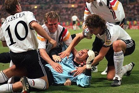 DFB-Torwart Andreas Köpke wird nach dem Sieg im Elfmeterschießen beim EM-Halbfinalspiel 1996 gegen England gefeiert. Foto: Oliver Berg/dpa