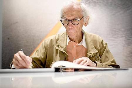 Der Verhüllungskünstler Christo ist im Alter von 84 Jahren in New York gestorben. Foto: Britta Pedersen/dpa