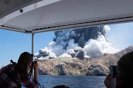 Fast ein Jahr nach einem verheerenden Vulkanausbruch in Neuseeland ist nun bekannt geworden, dass ein weiterer Mensch an den Folgen seiner Verletzungen gestorben ist. Foto: Michael Schade/XinHua/dpa