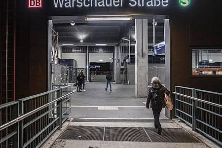 Im Kampf gegen die Ausbreitung des Coronavirus hat der Berliner Senat weitere Maßnahmen beschlossen. Deshalb waren auch rund um die Partymeile an der Warscher Straße nur wenige Menschen unterwegs. Foto: Paul Zinken/dpa