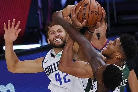 Maxi Kleber (l) von den Dallas Mavericks in Aktion gegen Giannis Antetokounmpo (M) von den Milwaukee Bucks. Foto: Kevin C. Cox/Pool Getty Images/AP/dpa