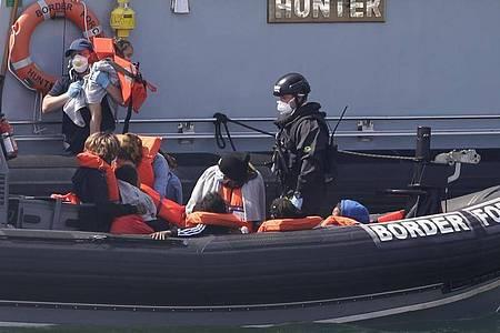 Ein Schiff des britischen Grenzschutzes bringt eine Gruppe von Migranten nach Dover. Foto: Kirsty Wigglesworth/AP/dpa