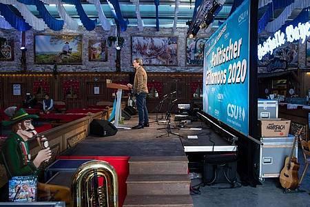 Andreas Scheuer (CSU) spricht beim virtuellen politischen Frühschoppen Gillamoos in einer Festhalle. Foto: Sven Hoppe/dpa