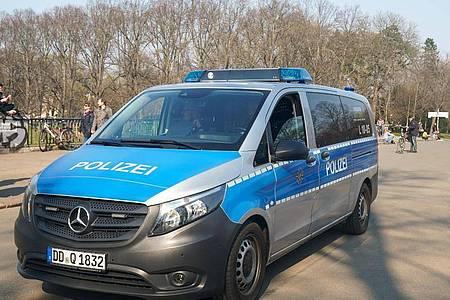 Die Polizei kontrolliert die Einhaltung der Vorsichtsmaßnahmen gegen die Coronavirus-Pandemie in einem Leipziger Park. Foto: Peter Endig/dpa-Zentralbild/dpa