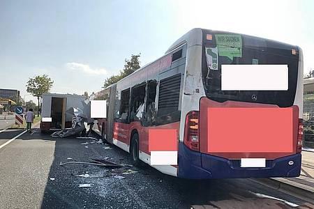 Der Lieferwagen beschädigte den stehenen Linienbus linksseitig durch eine offene Verkaufsplatte.