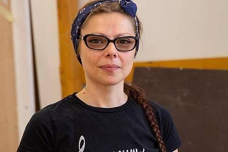 Marly Konefka macht in Berlin eine Umschulung zur Tischlerin. Foto: Catherine Waibel/dpa-tmn