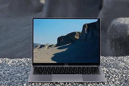 Ob grau oder grün: Das Huawei Matebook X Pro steckt immer in einem sandgestrahlten Metallgehäuse. Foto: Huawei/dpa-tmn