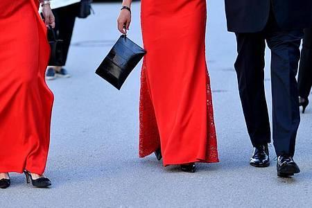 Gäste kommen festlich gekleidet zur Eröffnung der Salzburger Jubiläumsfestspiele. Foto: Barbara Gindl/APA/dpa