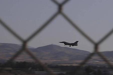 Ein Kampfflugzeug der Reihe F-16 der griechischen Luftwaffe landet auf dem zyprischen Luftwaffenstützpunkt Andreas Papandreou. Foto: Petros Karadjias/AP/dpa