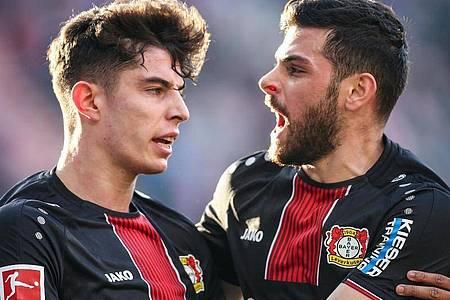 Werden Bayer Leverkusen wohl verlassen: Kai Havertz (l) und Kevin Volland. Foto: Andreas Gora/dpa
