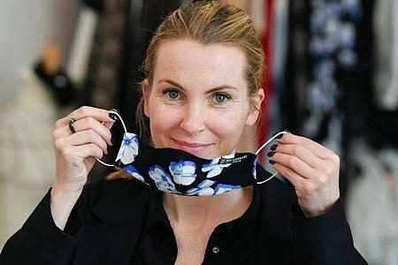 Die Designerin Sophie Oemus bietet die Masken ihres Labels Maisonnoee derzeit im Online-Shop an. Außerdem wird ein Charity-Sweatshirt verkauft, von dem 60 Prozent des Erlöses gespendet werden. Foto: Jens Kalaene/dpa-Zentralbild/dpa