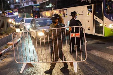In den vergangenen Tagen waren bereits in vielen israelischen Städten und Ortschaften mit hohen Fallzahlen neue Einschränkungen verfügt worden. Foto: Oded Balilty/AP/dpa