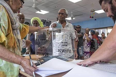 Das französische Überseegebiet Neukaledonien stimmte am Sonntag zum zweiten Mal nach 2018 über seine Unabhängigkeit ab. Foto: Mathurin Derel/AP/dpa