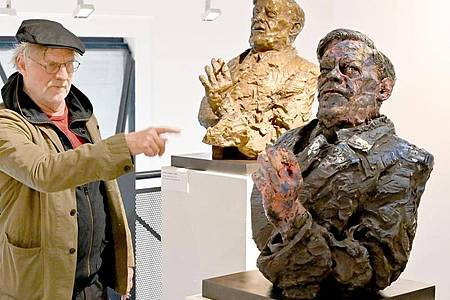 Der deutsche Künstler Rainer Fetting zeigt auf Helmut Schmidt. Foto: Carsten Rehder/dpa