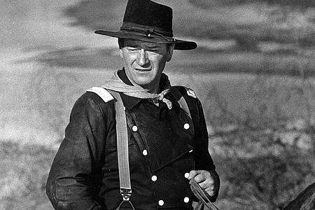 John Wayne während der Dreharbeiten zu dem Film «Der letzte Befehl» (Originaltitel: «The Horse Soldiers»). Foto: -/AP/dpa