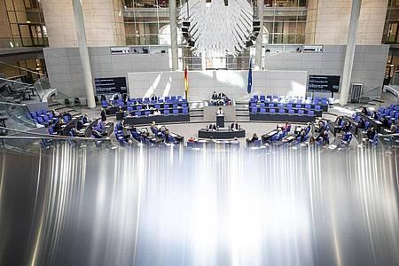Die Abgeordneten verfolgen die Sitzung des Bundestages. Foto: Fabian Sommer/dpa