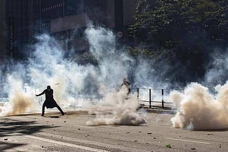 Regierungskritische Demonstranten liefern sich Straßenkämpfe in Sao Paulo. Foto: Andre Penner/AP/dpa