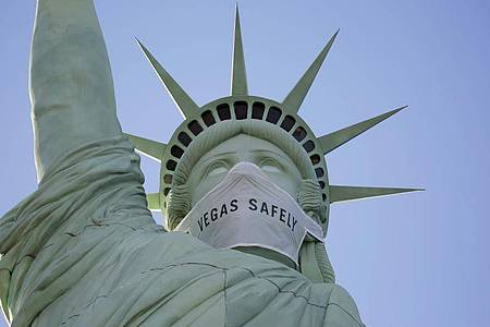 Eine Maske ziert eine nachgebildete Freiheitsstatue im «New York Hotel & Kasino». Foto: John Locher/AP/dpa