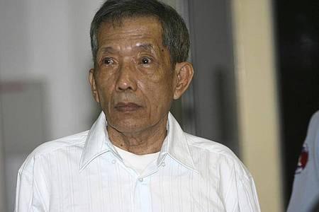 Kaing Guek Eav, alias Duch, ehemaliger Gefängnischef der Roten Khmer, sitzt in einem von den Vereinten Nationen (UN) unterstützten Tribunal. Foto: Mak Remissa/Pool European Pressphoto Agency/AP/dpa