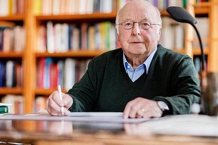 Der ehemalige Arbeits- und Sozialminister Norbert Blüm ist nach einer Blutvergiftung an Armen und Beinen gelähmt. Foto: Rolf Vennenbernd/dpa/Archiv