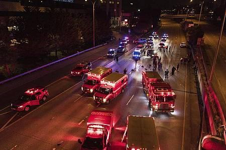 Rettungskräfte auf einer Schnellstraße in Seattle, wo ein Auto zwei Demonstrantinnen überfahren hat. Foto: James Anderson/James Anderson/dpa