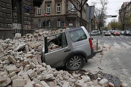 In der kroatischen Hauptstadt Zagreb ist ein Auto von herabfallenden Trümmern zerquetscht worden. Foto: Darko Bandic/AP/dpa