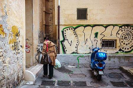 Milliardenschwere Hilfsmaßnahmen werden die Staatsverschuldung nach oben treiben. Das trifft vor allem hoch verschuldete Länder wie Italien hart. Foto: Fernando Gutierrez-Juarez/ZB/dpa