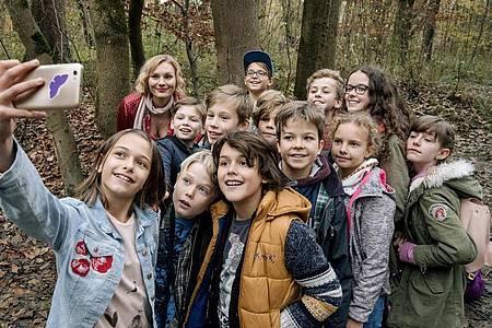 """Luisa (Rosalie Thomass, hinten) mit ihrer Klasse in einer Szene des Thrillers """"Rufmord"""". Foto: Hendrik Heiden/ZDF/Arte/dpa"""