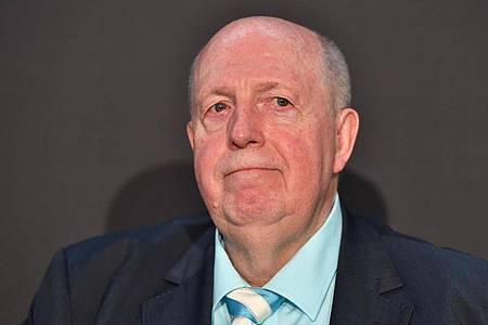 Der frühere Fußball-Manager Reiner Calmund würde die Spielergehälter reduzieren. Foto: Peter Kneffel/dpa