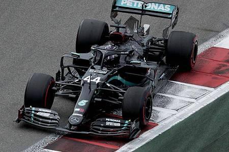 Lewis Hamilton könnte in Sotschi seinen 91. Sieg feiern und in dieser Statistik zu Michael Schumacher aufschließen. Foto: Pavel Golovkin/Pool AP/dpa