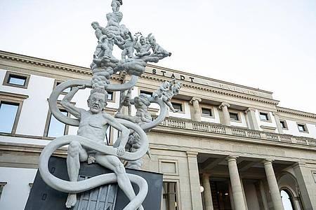 Die Statue «S 21. Das Denkmal ? Chronik einer grotesken Entgleisung» vor dem Stadtpalais. Foto: Sebastian Gollnow/dpa