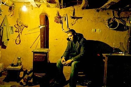 Do?u Demirkol spielt den arroganten Studenten Sinan, der nach seinem Lehramtsstudium mit einem Romanmanuskript in der Tasche in sein Heimatdorf zurückkehrt. Foto: Morteza Atabaki/Kinostar/dpa