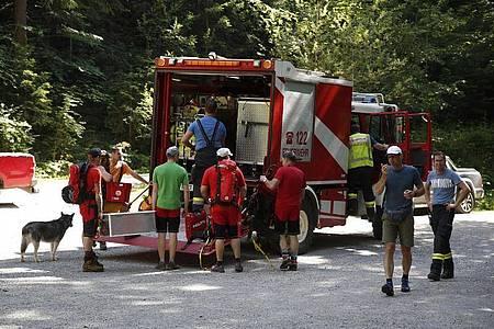 Rettungskräfte bereiten sich auf den Weg zur Unfallstelle an der Bärenschützklamm vor. Foto: Erwin Scheriau/APA/dpa