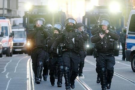 Polizisten sind im Einsatz. In Leipzig hatten sich Gegner der Corona-Politik versammelt - parallel gab es größere Gegenproteste. Foto: Zentralbild/dpa-Zentralbild/dpa