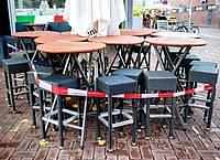Tische und Stühle stehen vor einer Pizzeria im Hannover. Die Verlängerung des Teil-Lockdowns in Deutschland bis kurz vor Weihnachten ist so gut wie sicher. Foto: Hauke-Christian Dittrich/dpa