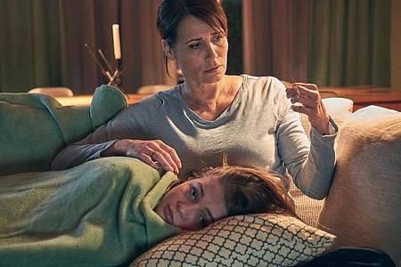 Kann Susanne (Anja Kling)ihrer Tochter Lara (Lisa-Marie Koroll) helfen. Foto: Frank Dicks/SAT1./dpa