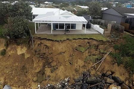 Durch starke Brandung verursachte Küstenerosion an einem Strandabschnitt im Bundesstaat New South Wales. Foto: Darren Pateman/AAP/dpa