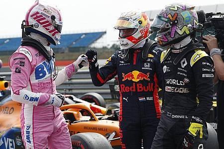 Nico Hülkenberg (l-r) geht von Startplatz drei ins Rennen - Max Verstappen und Daniel Ricciardo gratulieren. Foto: Andrew Boyers/Reuters Pool/AP/dpa