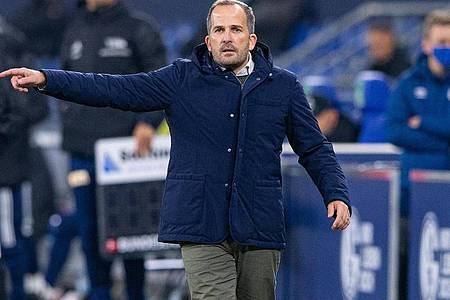 Schalkes Trainer Manuel Baum gibt während eines Spieles Anweisungen an seine Spieler. Foto: Guido Kirchner/dpa