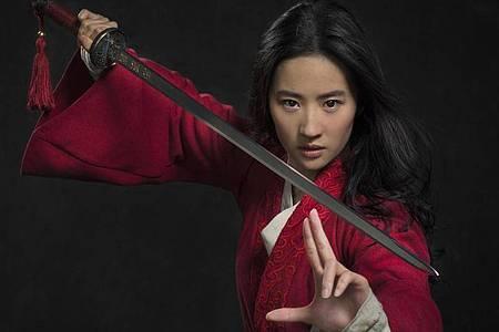 Mulan (Yifei Liu) zückt ein Schwert. Foto: Stephen Tilley/Disney Enterprises, Inc./dpa