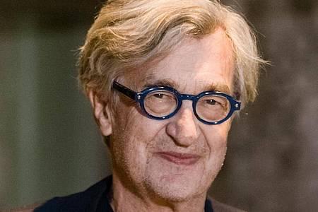 """Wim Wenders bei der Hamburg-Premiere des Films """"Desperado"""" im Zeise Kino. Foto: Markus Scholz/dpa"""