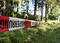 Ein Absperrband der Polizei umzäunt ein Waldstück an einer Verbindungsstraße zwischen Rodacherbrunn in Thüringen und Nordhalben in Bayern. Foto: Bodo Schackow/ZB/dpa